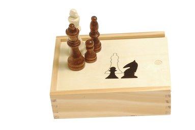 Schackpjäser i trälåda