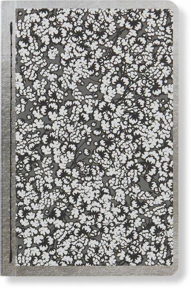 Skrivhäfte 9x14cm linjerad småblommig svart