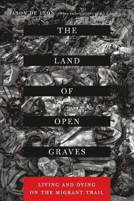bokomslag The Land of Open Graves: Living and Dying on the Migrant Trail