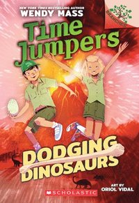 bokomslag Dodging Dinosaurs: A Branches Book (Time Jumpers #4)