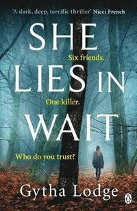 bokomslag She Lies in Wait: Six friends. One killer. Who do you trust?