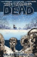 bokomslag Walking dead volume 2 - miles behind us