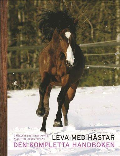 bokomslag Leva med hästar : den kompletta handboken