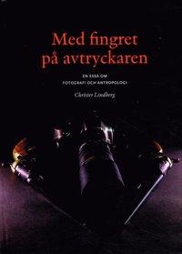 bokomslag Med fingret på avtryckaren : en essä om fotografi och antropologi