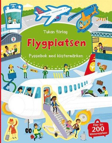 bokomslag På flygplatsen : pysselbok med klistermärken