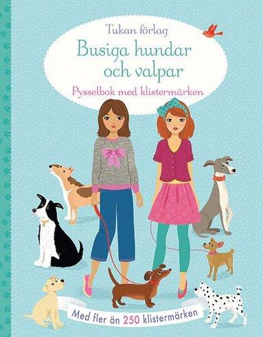 bokomslag Busiga hundar och valpar : pysselbok med klistermärken