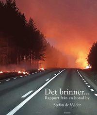 bokomslag Det brinner... : rapport från en hotad by
